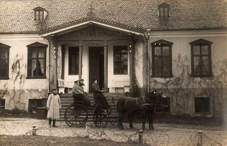 Polska › woj. podlaskie › Suwałki › Suwałki - zdjęcia niezidentyfikowane 1915 , Bryczka przed domem w Suwałkach.