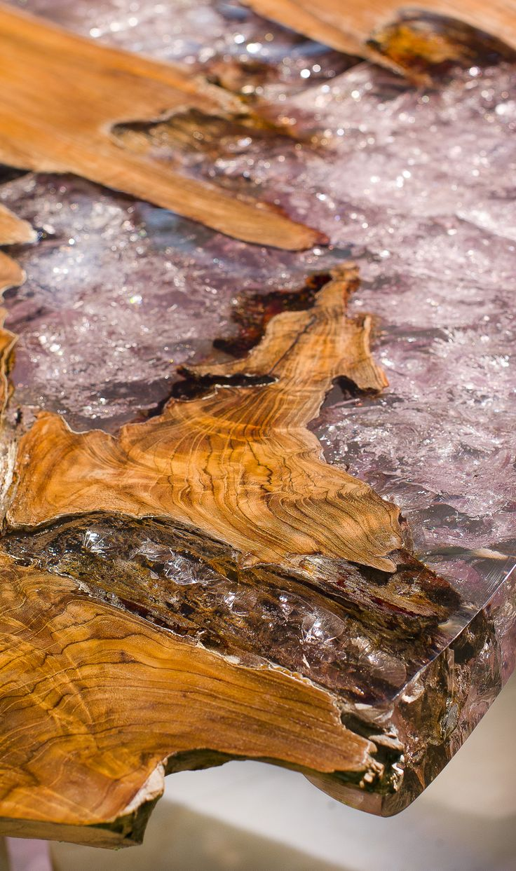DA innovadora Madera, Material de hielo ... La asociación inusual de teca Raíz y resina, una sorprendente contraste de material para un efecto impresionante y lujosa (mesas, taburetes y paneles de pared vienen en este material).