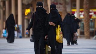 Frauen tragen den Niqab-Schleier zum Ganzkörpergewand in Riad, Saudi-Arabien. Dort und im Jemen trägt die große Mehrheit der Frauen einen Gesichtsschleier. Aber auch in Ägypten, Syrien, Jordanien, dem Irak sowie in nordafrikanischen Ländern wird der Niqab getragen. | Bildquelle: dpa