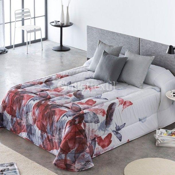 Edredón Conforter SIRA de la firma Barbadella Home. El estampado de este nuevo modelo está formado por plumas y mariposas, con las que podrás dar un toque innovador