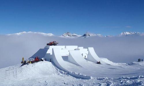Sulla leggendaria Fun Mountain del Mottolino, la ski-area di Livigno divenuta ormai un riferimento per lo sci giovane i gattisti e gli shapers di Mottolino hanno scolpito un Castello nella neve, una struttura di 30x30 metri!