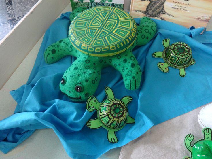 De kleine schildpadjes kruipen naar de zee.