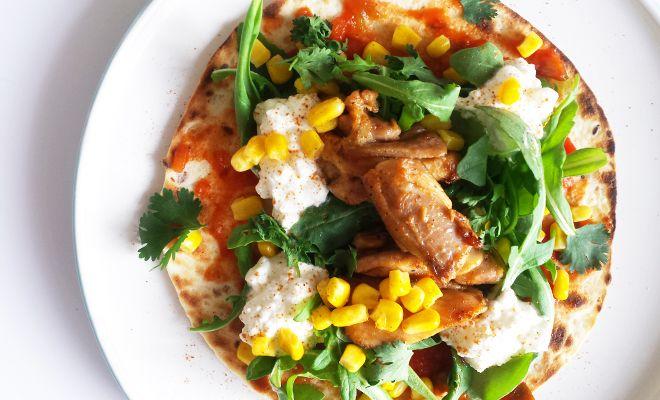 Dit tostada met kip gerecht is een gezond alternatief voor een pizza en ook nog eens lekker. Heerlijk bij de lunch of tijdens het avondeten.