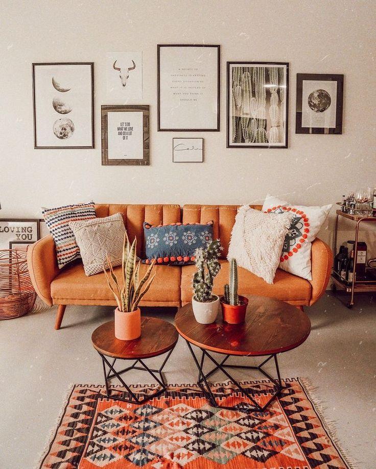 Ein originelles Sofa und eine Wand aus Rahmen, die…