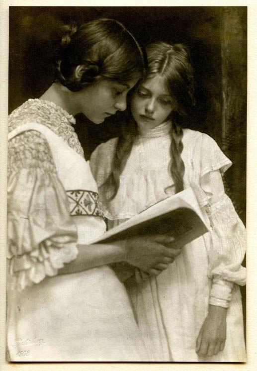 Rudolph Dührkoop | Gertrud und Ursula Falke, Herbst 1906 | Museum für Kunst und Gewerbe Hamburg – Merry Chris
