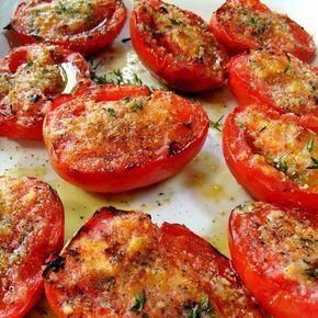 Tomates assados com alho.  Preaqueça o forno a 200ºC. Em uma assadeira coloque 6 tomates maduros cortados um do lado do outro e por cima deles coloque 6 dentes de alho picados - uma dica: use alho ralado. Pincele com azeite e polvilhe-os com manjericão e tomilho a gosto. Tempere com sal e pimenta. Asse os tomates descobertos durante 35 a 45 minutos, até que tenham amolecido e estejam com a casca levemente queimada. Sirva quente.