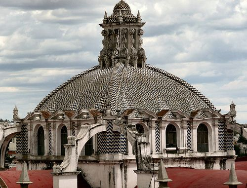#Puebla, ciudad mexicana con mucho para ofrecer al turismo, en especial, muestras arquitectónicas que harán que la postal sea perfecta, con está cúpula de #iglesia. Imagen de Flickr, por RussBowling