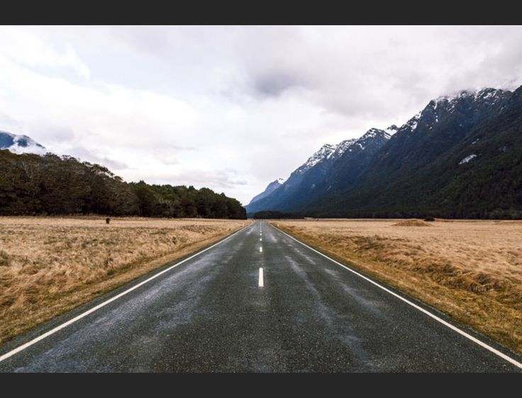 Barcelona-based motion designer Albert Oriol has left us gobsmacked with his photographic series 'New Zealand Roads', showing us that the land of the long