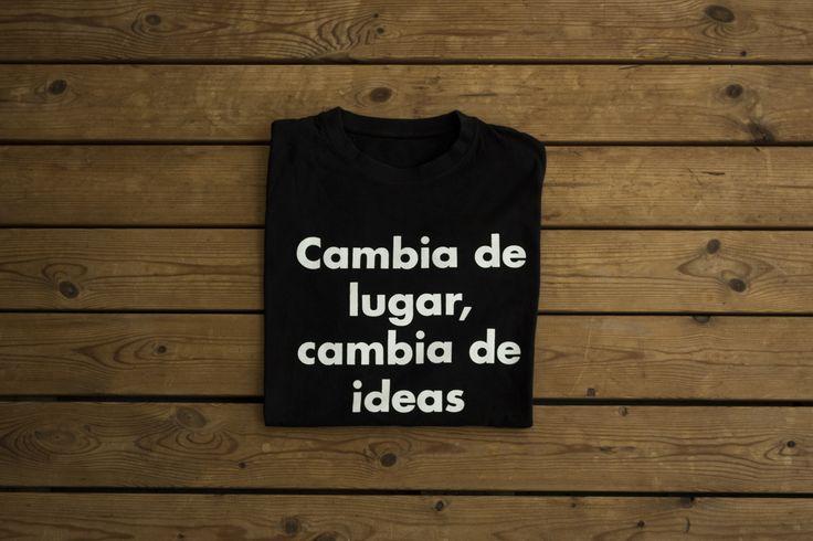 CAMISETA «CAMBIA DE LUGAR, CAMBIA DE IDEAS»  Camiseta del Manifiesto derivásico (nuestra particular filosofía viajera), cuyos ideales incitan a viajar de una forma más consciente, responsable y emocionante.  Camiseta 100% de algodón con modelos de hombre y mujer.  Precio: 7.95 EUR Haz tu pedido aquí: http://derivasia-store.com/product/camiseta-cambia-de-lugar-cambia-de-ideas