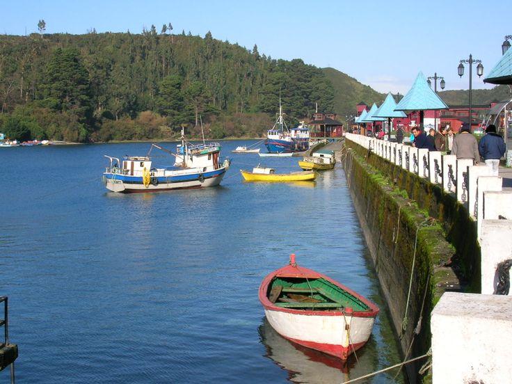 """PUERTO MONTT, CHILE (al sur de Chile) / Se encuentra al frente de la Isla Grande de Chiloé y  es la puerta de entrada a los territorios patagónicos. En Puerto Montt está la caleta y mercado de pescados y mariscos de """"Angelmó"""", la es ampliamente conocida por la variedad de platos que se ofrecen y por los reputados puestos de artesanía. El balneario de Pelluco, es conocido por contar con variada gastronomía y clubes nocturnos. Además cuenta con el Mall Paseo del Mar y el Mall Paseo Costanera."""