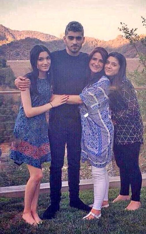Zayn and his family he is so tall