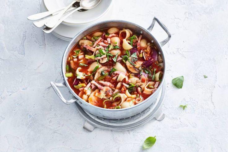Door 'm een klein beetje om te bouwen is deze klassieke Italiaanse soep helemaal klaar voor de herfst - Recept - Allerhande