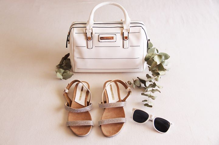Sandalo bianco con strass di Maria Mare e borsa bianca! White sandal with rhinestone details and white bag from Maria Mare! www.calzaveste.it