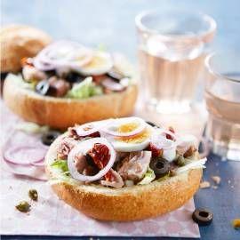Variaties op een klassieker. Recept -Salade Niçoise in een broodbol - Boodschappenmagazine