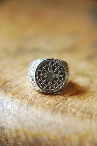 Compass Signet. The edge of the ring reads 'Omnes Qui Errant Non Pereunt' which translates from Latin to 'Not All That Wander Are Lost'