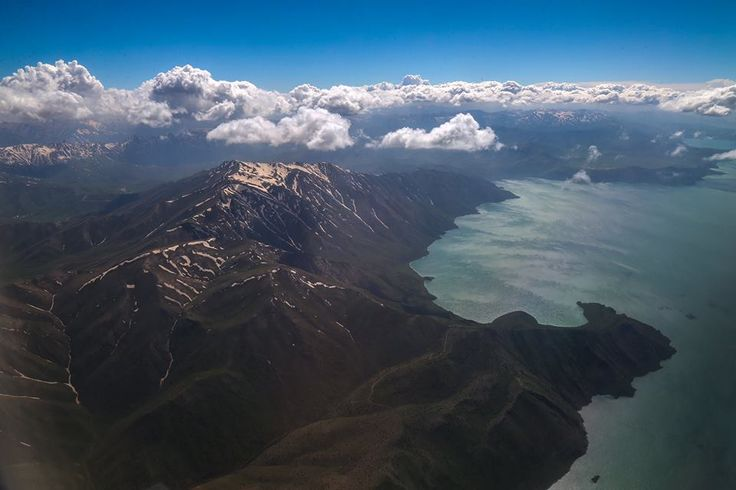 Gökyüzünden Van Gölü ve Çevresi   Yerden yaklaşık 11 bin metre yükseklikte yapılan uçak seyahati, yolculara birbirinden güzel manzaraları gökyüzünden izleme imkanı sunuyor. Fotoğrafta, Van Gölü'nün Gevaş kıyıları ve etrafındaki sıra dağlar görülüyor.