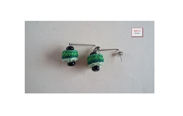 Zarcillos hechos a mano de @hdcospain. En tonalidades verdes, piedras de Ónix negro y ganchos de varilla de 30 mm. en acero inoxidable.  #regalonavidad #zarcillos #onixnegro #micahdco #pendientes #hdcospain #ganchillo #hechosamano #handmade #crochet #zarcillosacrochet #tienda #aceroinoxidable #zarcilloselegantes #verde #etsyshop