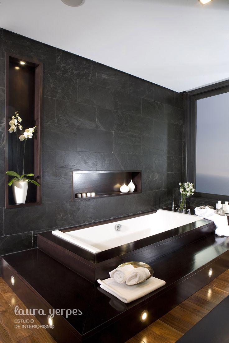 Baño con revestimiento de pizarra y bañera de duravit diseñado por laurayerpes.es