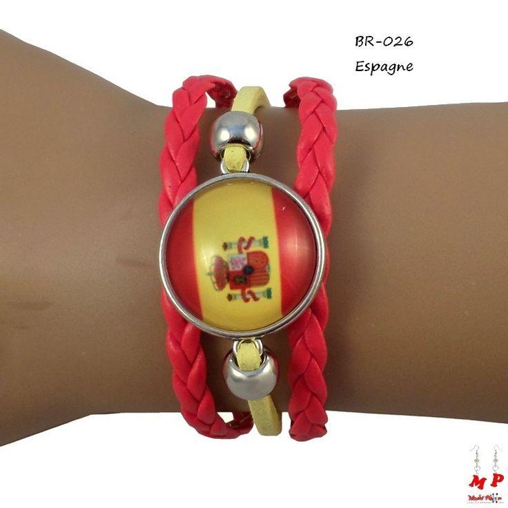 Bracelet drapeau de l'Espagne en similicuir. Longueur: 16+5cm. Drapeau sous dôme en verre de diamètre 2,2cm.