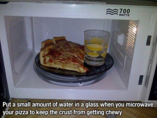 Разогрев пиццы Чтобы пицца при разогреве в микроволновке не превращалась в трудно пережёвываемый кусок теста, поставьте рядом с ней полстакана воды.