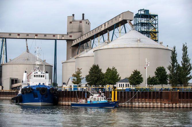 Bateaux de la Garde côtière canadienne dans le bassin Lanctôt à Sorel-Tracy avec les immenses silos à grains en arrière-plan