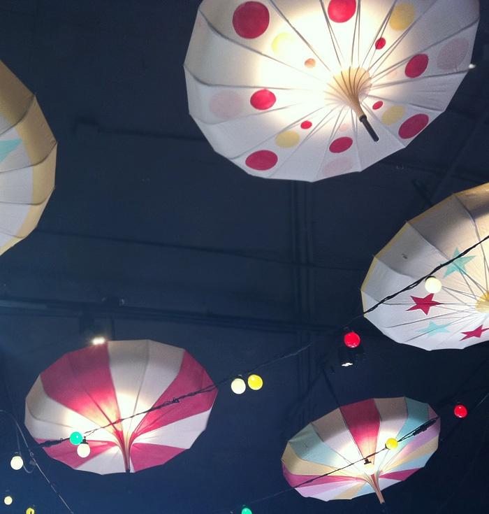 Färgglada paraplyer som taklampor passar i de flesta barnrum. #kidsroom#joelhome.se
