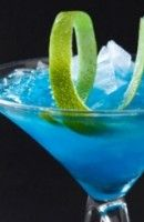 Recette Cocktail Blue Lagon. Vodka- blue Curaçao - lime Appelé aussi le lagon bleu par sa traduction.  Il fut créé par Andy MacElhone au Harry's Bar à Paris en 1960.  Andy...
