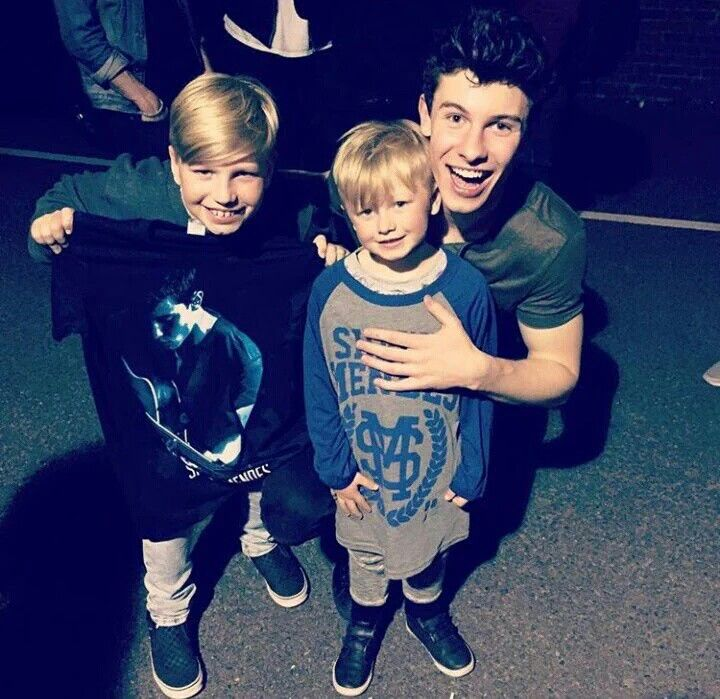 Shawn Mendes with little fans