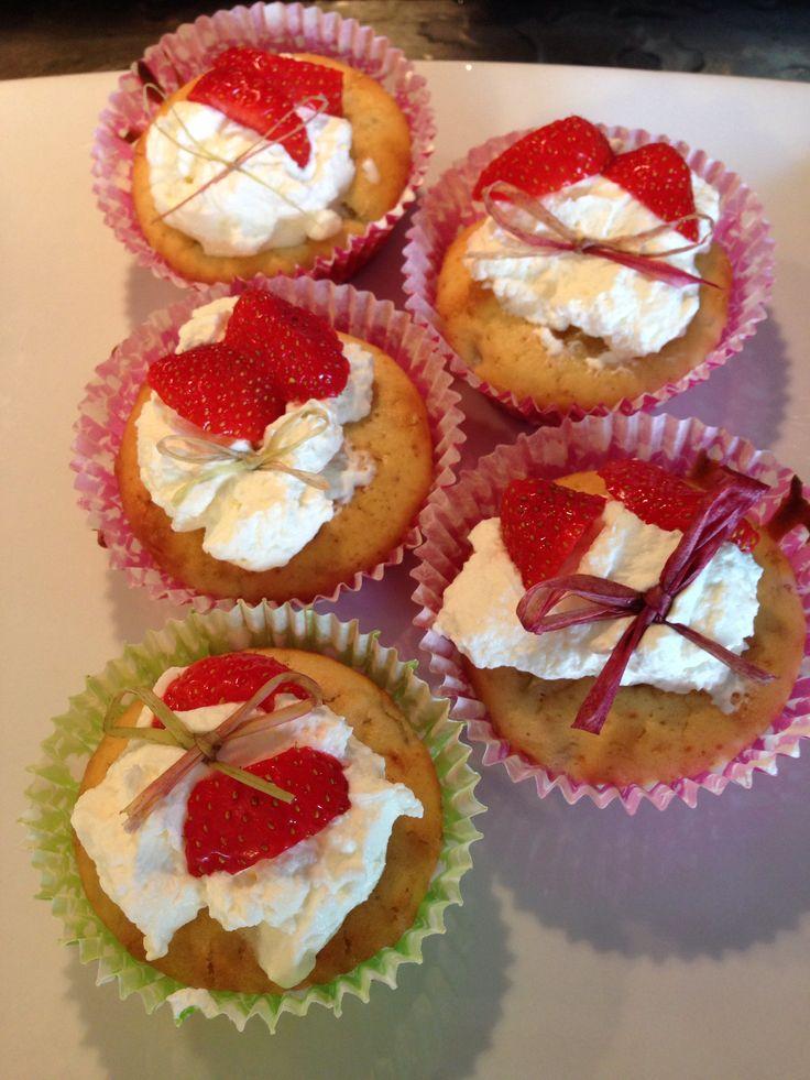 Rabarber muffins med grädde & jordgubb