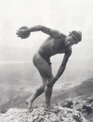 α μνημεία και οι αρχαιολογικοί θησαυροί αποτυπώθηκαν συστηματικά από την Nelly's: οι πειραματισμοί με το φυσικό φως και η αποτύπωση των αρχαίων ναών στη διαμνημειακή τους σχέση παραπέμπουν στις λήψεις του επίσης γερμανού φωτογράφου και μαθητή του Erfurth, Walter Hege. Oι φωτογραφίες χορού (1923-1929) στη Γερμανία, αλλά κυρίως αυτές στην Ακρόπολη, ξεχωρίζουν για τη θεματική τους συνοχή και την αναδεικνύουν σε κορυφαία φωτογράφο χορού του Μεσοπολέμου. Στην Αμερική, όπου εγκαταστάθηκε και…
