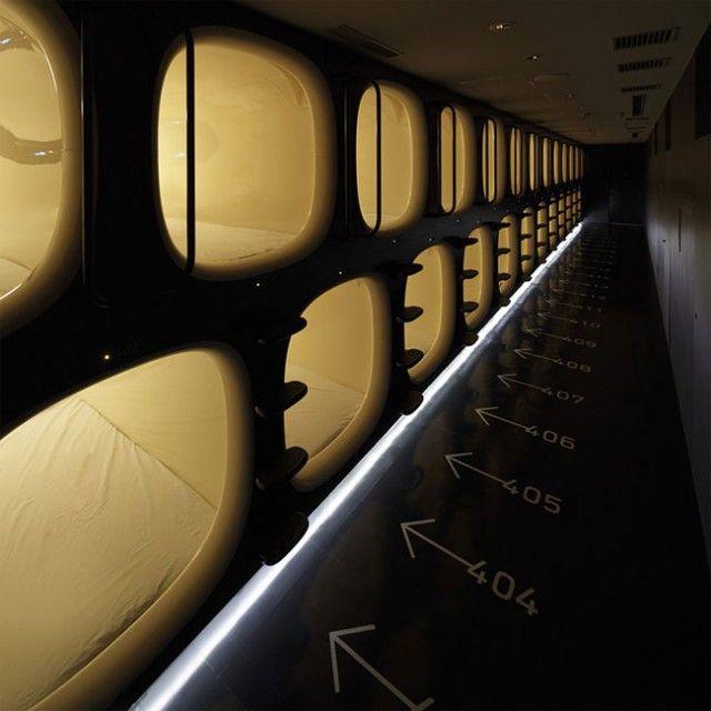 Capsule Hotel in Kyoto – Fubiz™    Le Japon, Kyoto et son manque d'espace ont vu germer ces dernières années une multitude d'hotels capsules, dont le dernier en date a été baptisée le Nine Hours. Le principe ? S'accommoder d'une douche, d'une chambre capsulaire et de quoi se restaurer dans un temps imparti de 9 heures et un parcours fléché bien précis.