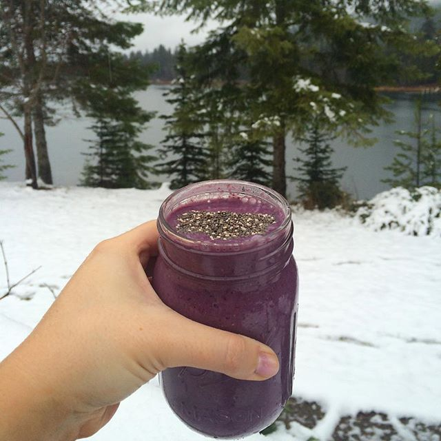 Out of all the days to make a smoothie, I decided to make one when its snowing! Logic here?? Regardless this is a pretty damn good smoothie- half a frozen banana, mix berries, almond milk, honey, oats and chia seeds! Made such a pretty colour! ✌️❄️