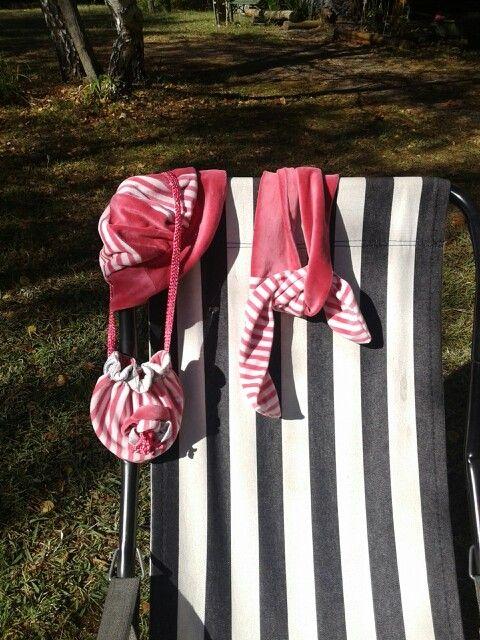Gorro, bufanda y carterita de plush