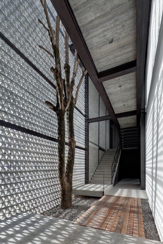 The return of the breeze block. Concrete form. La Tallera / Frida Escobedo