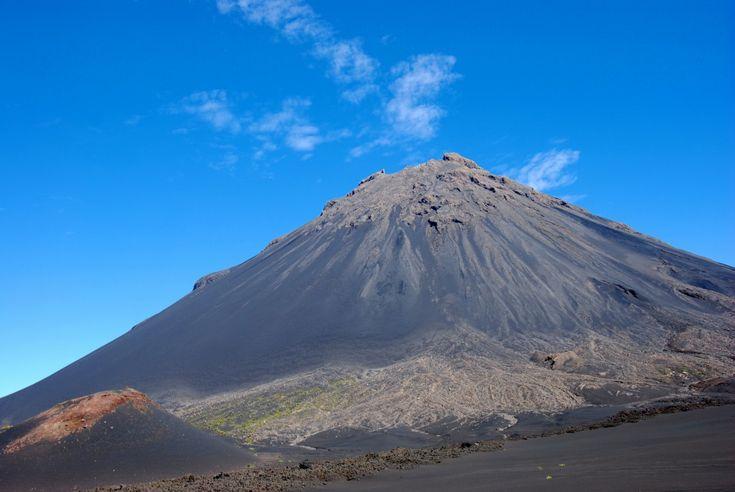De Ijen krater is een rustige, maar nog altijd actieve vulkaan. Met zijn indrukwekkende afmetingen (2368m) en turquoise meer is de krater een van de meest bezochte natuurverschijnselen van Oost- Java. Deze krater ligt in een groter vulkanisch gebied, of 'caldera'. Vliegtuigen naar [Jakarta] of [Bali]...