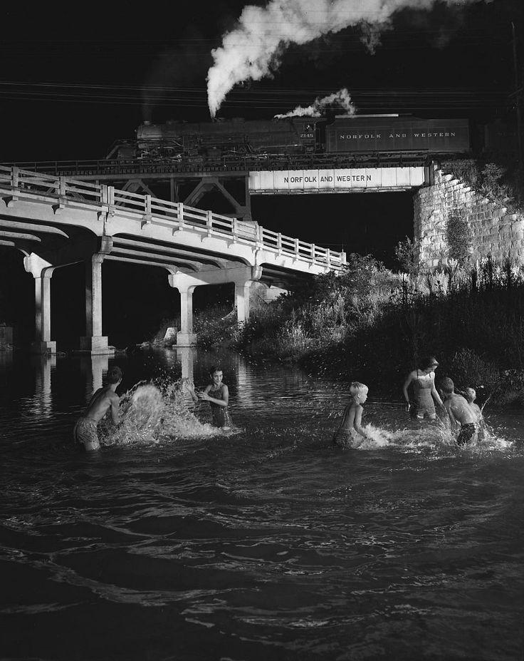 O. Winston Link est un photographe américain passionné par les trains qui dans les années 1950 a réalisé ces photographies de nuit des derniers trains à vapeur encore en service aux Etats-Unis en utilisant des flashs puissants et des mises en scène élaborées.