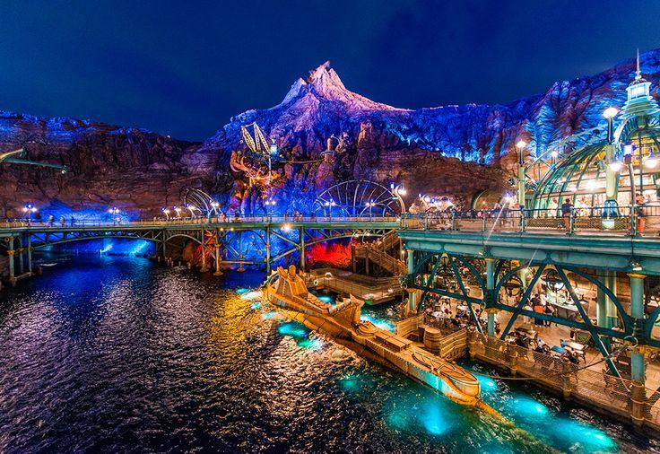 ¿Pensabais que solo hay parques de atracciones de Disney en Florida y en París?, ¡¡pues no!!, en Tokyo encontramos el DisneySea, un espectacular parque a orillas del mar que, aunque no depende directamente de la compañía Disney, sí que tiene licencia para que todos sus personajes nos reciban a nosotros y a nuestros pequeños. Ojo que estamos hablando de una superficie de 714.000 m², así que nos llevará tiempo recorrerlo y disfrutar de todo lo que nos ofrece.