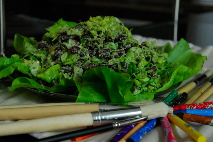 Salata dementiala- De fiecare data cand auzi de salata te duce gandul la ceva cu care nu prea te saturi, ca sa spunem drept. Cel putin daca nu e si fripturica alaturi, aburind de miresme imbatatoare si facandu-ti cu ochiul intr-un fel in care numai fripturica stie :). Dar azi iti voi propune la pranz numai salata, dar nu te speria. E o salata dementiala, cu de toate si pe saturate.