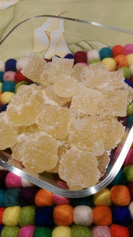 Gelatine al limone – di Susy Gore Fai bollire 100ml di succo di limone con 200 g di zucchero per 5 min circa. Fai ammollare 12 g di colla di pesce in acqua fredda x 10minuti, la strizzi e l…