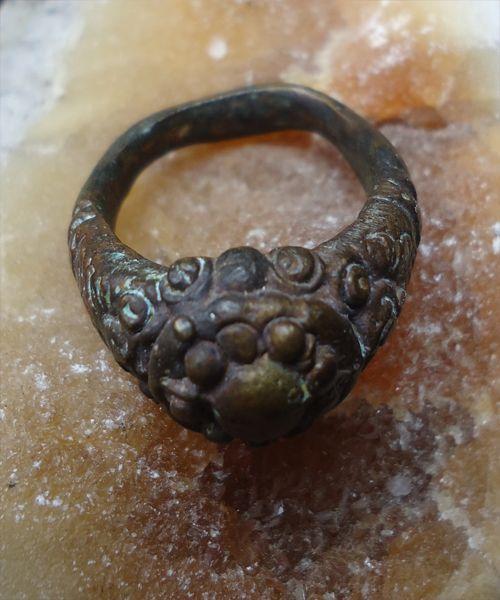 Cincin Pusaka Raja Majapahit Kuno Asli  Sejak dahulu banyak raja raja majapahit yang menggunakan sebuah perhiasan yang baik berupa cincin, gelang, kalung, anting atau yang lainnya hanya sebagai perhiasan saja dan juga bisa sebagai Azimat / pusaka. Cincin ini pernah digunakan oleh raja majapahit yang di wariskan secara turun menurun, hingga saat ini. Cincin Majapahit ini di percaya dan diyakini memiliki khasiat sebagai : Perisai driri dari serangan fisik maupun gaib, sebagai pusaka lawan…