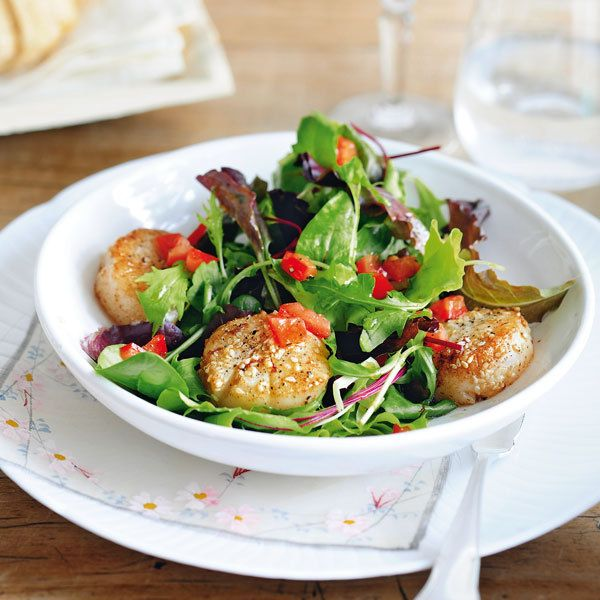 Muschelfans aufgepasst! Tomaten und grüner Salat werden in diesem Rezept durch Jakobsmuscheln zu einer eleganten Vorspeise für vier Personen.