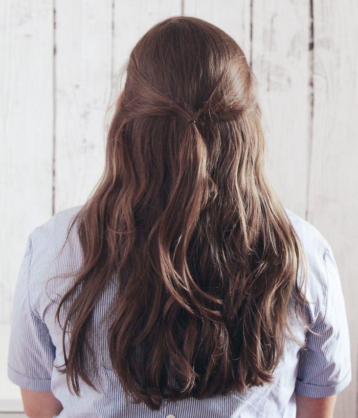 semirecogidos media melena, paso 2, tutorial para emirecogido sencillo en pelo ondulado naturalmente castaño, dos mechones grandes laterales unidos por detrás