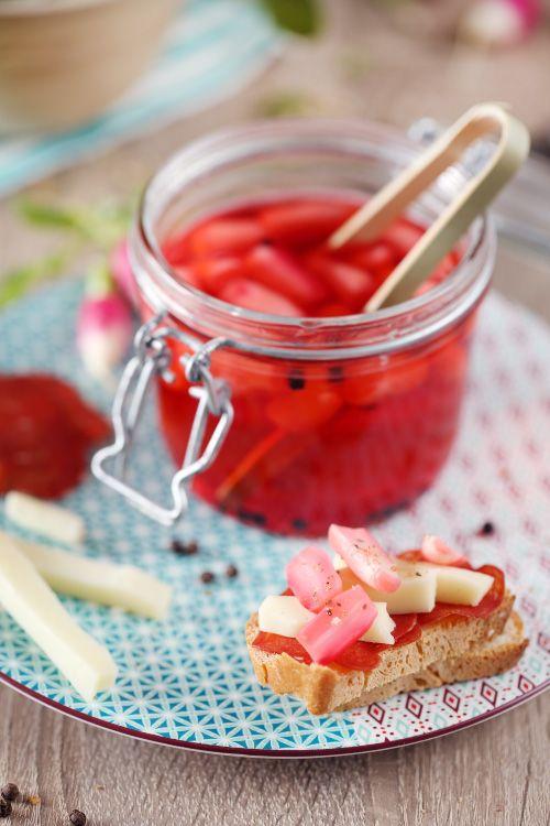 Les pickles de radis sont super rapides et simples à faire. On met à macérer les radis dans un mélange de vinaigre, de sucre et de sel porté à ébullition.