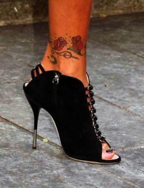 tatuaż róże na kostce