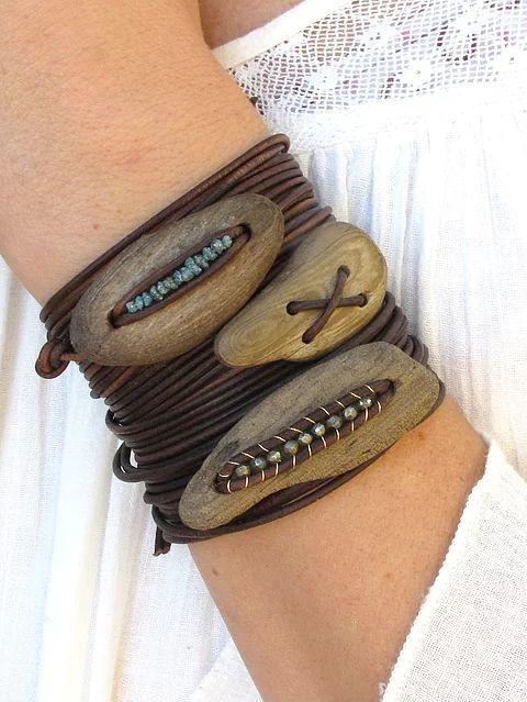 Natürlicher, erdig-moderner Schmuck aus Treibholz, Halbedelsteinen und Leder