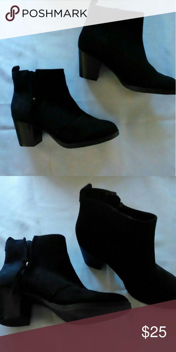 """Ladies Old Navy black ankle boots sz.9 Nice! New without tag or box. Old Navy black ankle boots with side zipper & 2.5"""" heels Ladies sz. 9 Faux suede, black Old Navy Shoes Ankle Boots & Booties"""