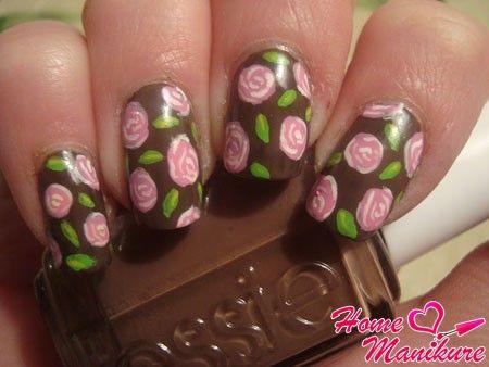 коричневый дизайн ногтей с нежными рисунками