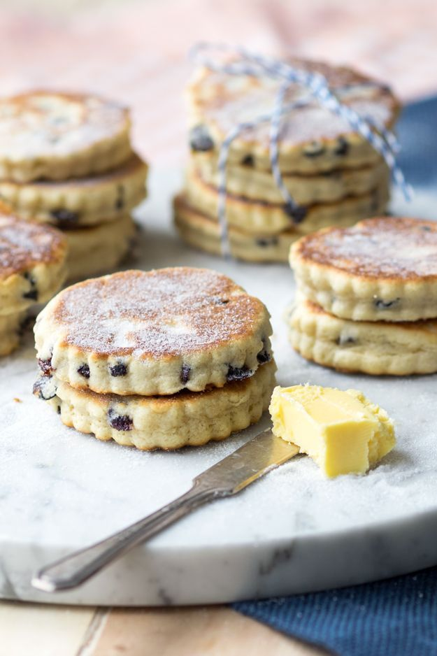 Enjoy these Welsh Cakes with a cup of tea. Perfect for a morning breakfast or as an afternoon snack. These little pancakes are easy and quick to make on the griddle. Recipe on www.theworktop.com | #welshcakes #griddlecakes #teatime #breakfast