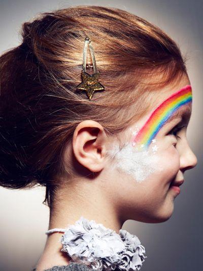 Ce petit stand maquillage lors d'un anniversaire de fée ou d'un anniversaire Arc-en-ciel, sera parfait pour les enfants !