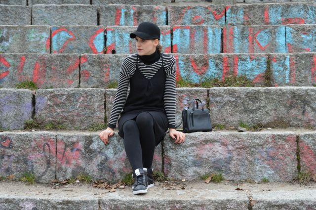 Outfit Athleisure: selbstgenähtes Slipdress Burda Mai 2016 Schnitt 113, gestreifter Mango Rollkragenpullover, schwarzer Hut, schwarze Tasche, schwarze Adidas Neo Sneakerss ... Sewionista.com ... Nähen ... Slow Fashion ... DIY ... Blog